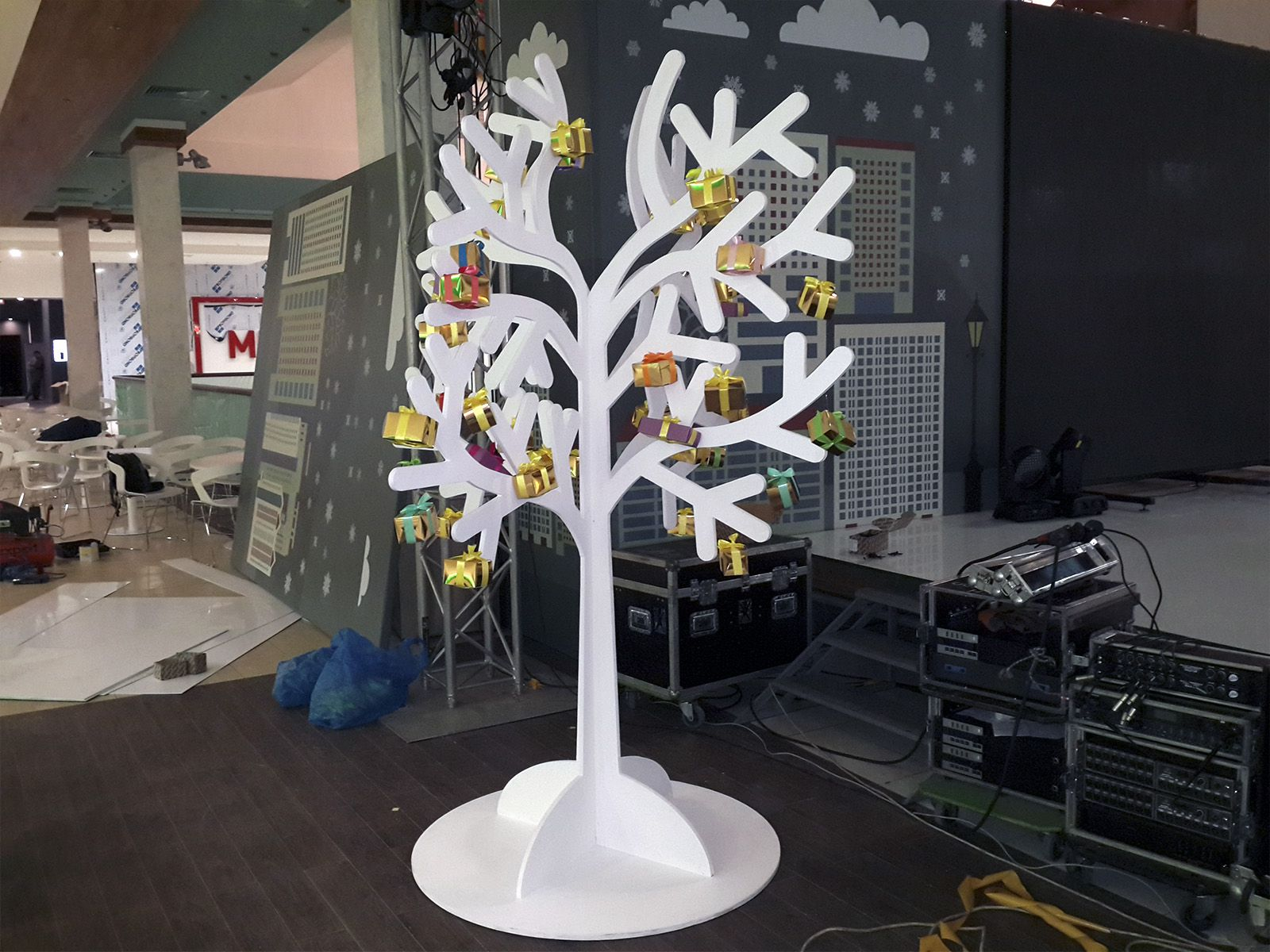 Муляж дерева с подарками