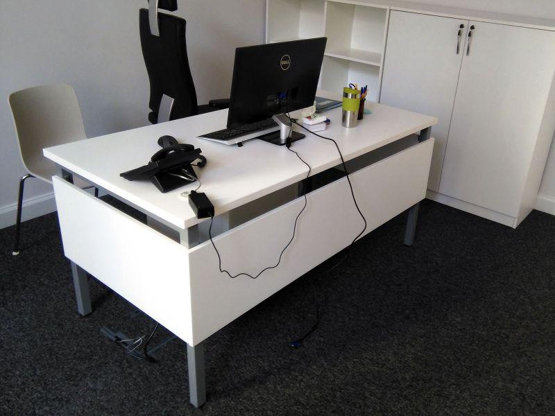 Стол офисный с перегородками для ног (№833)