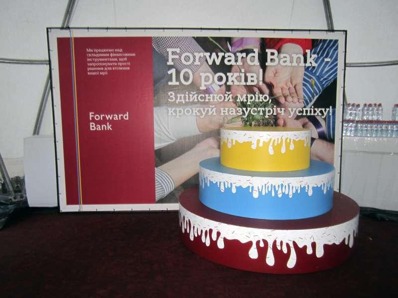 Торт и брендвол для банка Форвард, изготовление выставочных стендов цена по киеву