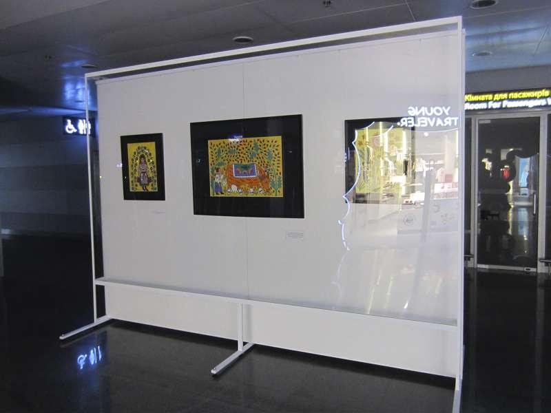 Купить стенды для экспонирования картин и заказать изготовление рекламных вывесок