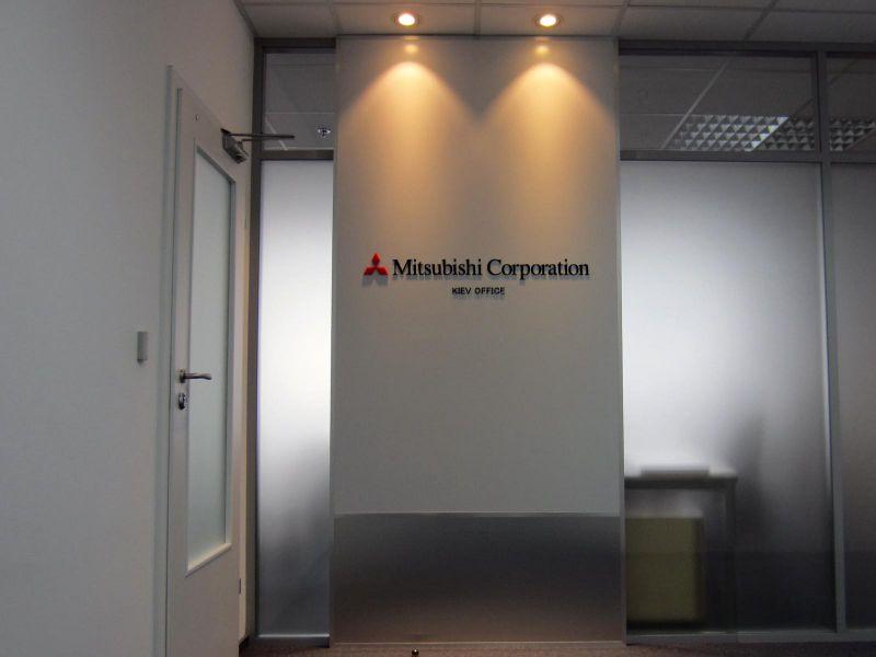 Стойка с логотипом Mitsubishi Corporation и лайтбокс заказать недорого