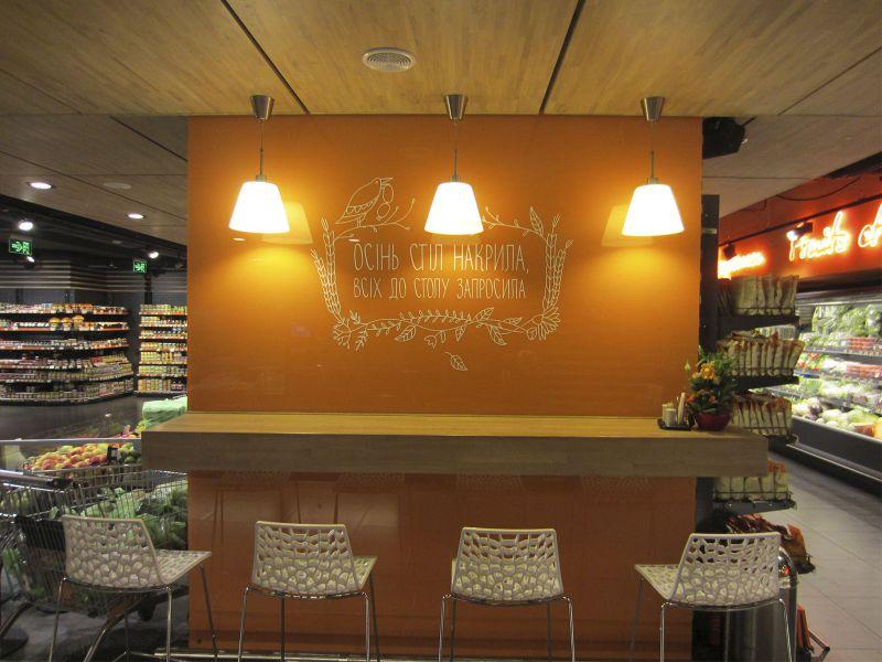 Декоративная оклейка стеклянных панелей в магазине Ле Сильпо наружная реклама (№791)
