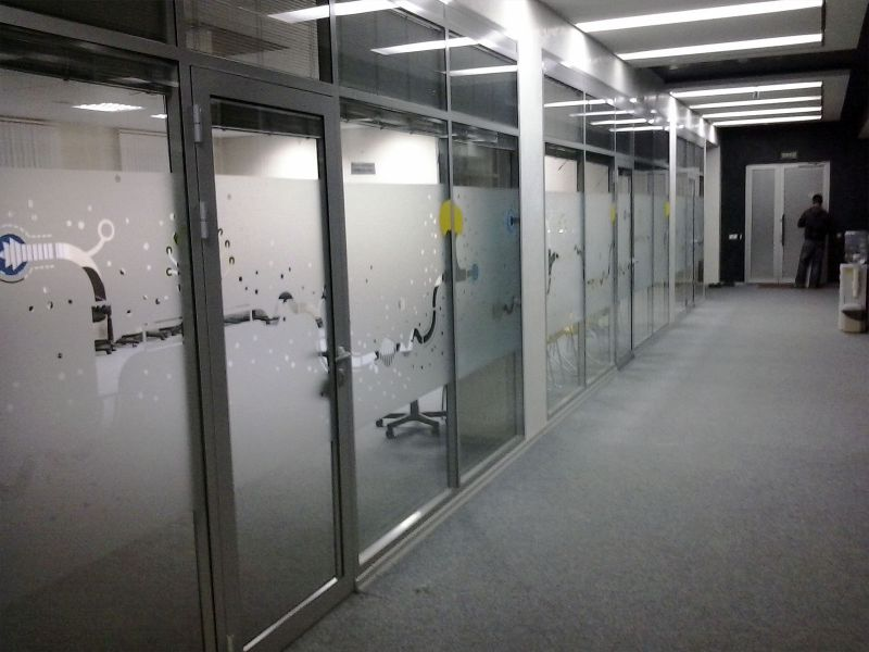 Декоративная оклейка пленкой окон офиса заказать (№1006)
