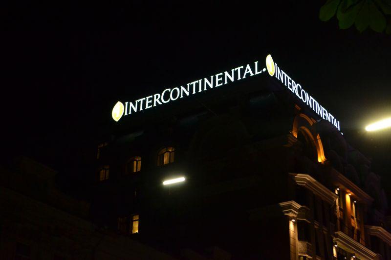 Угловая накрышная вывеска Интерконтиненталь с подсветкой